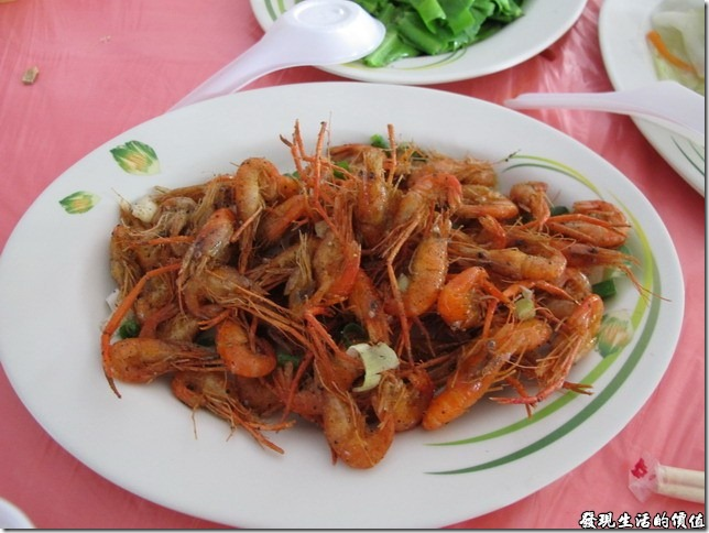 南投-鄉村甕缸雞。《酥炸溪蝦》,NTD150。推薦菜,這可是兒子欽點非吃到不可的菜色,酥炸得香噴噴的,撒點蔥花就成了。