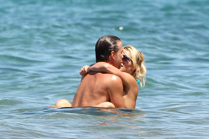 84382 britney spears on the beach in maui 27 122 9