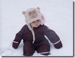 bambina-con-tuta-da-neve