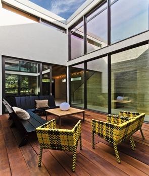 Casa con acristalamiento doble y película reflexiva