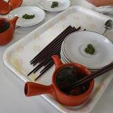 茶殻を食べる.JPG