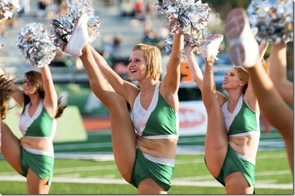 Cheerleaders gostosas chutando alto (5)