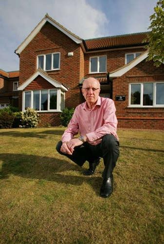 Tim Mudge on lawn - copyright St1_web