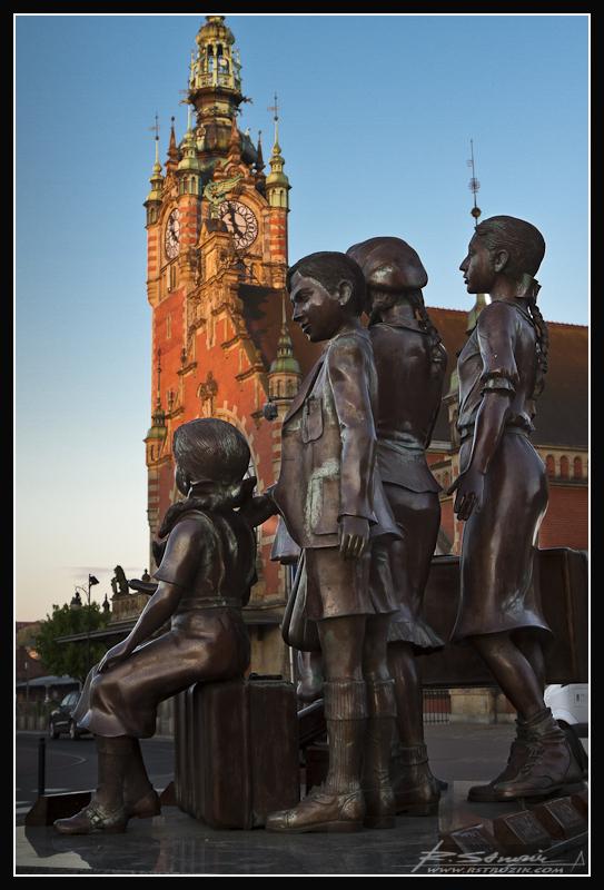 Gdańsk, Dworzec Główny. Dzieci z Bullerbyn rzucone na szaniec i zastygłe w spiżu.
