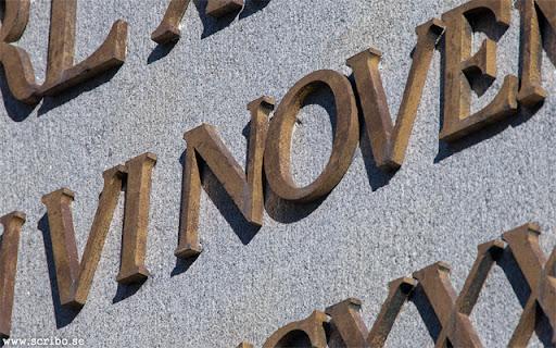 närbild av texten på Obelisken
