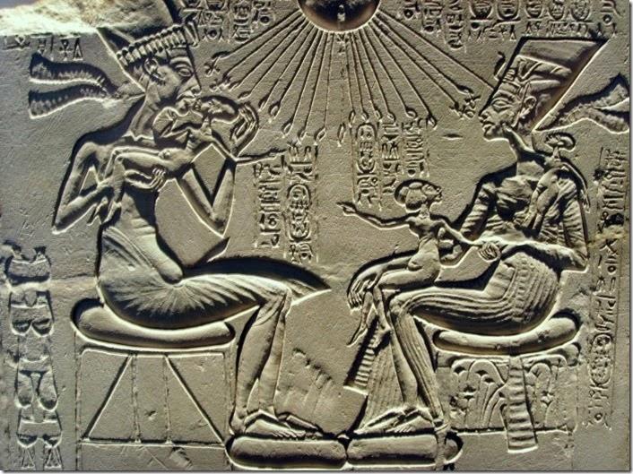Aquenáton e Nefertiti com três de suas filhas
