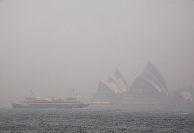 Australia's Sydney Opera House is engulfed in a smoky haze from severe bushfires, 2 November 2013. Photo: International Business Times UK