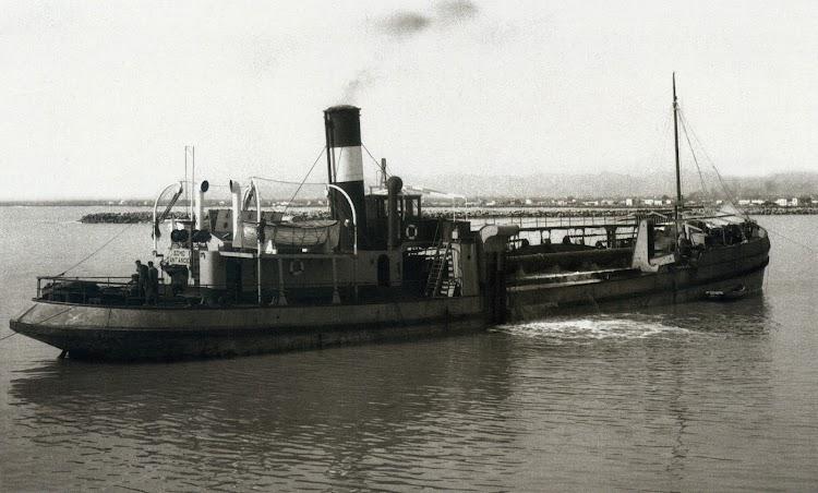 El SOMO ya convertido en draga. Puerto de Castelló. Año 1962. Archivo Autoridad Portuaria de Castelló.jpg