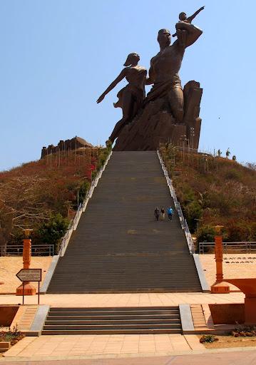 African Renaissance Monument w Dakarze - największy pomnik i kuriozum świata (w kategorii pomników do których można wejść). kosztował 30 minlionów USD. Rocznik 2010.