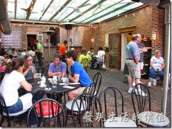 Louisville(路易斯維爾)Toast-on-market早午餐。當天大概八點快九點到,早已經客滿而且溢出來,照片中看到的應該是是餐廳的屋簷前廊,進去還有正式的座位。
