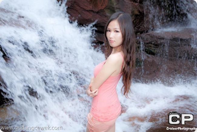 Model Seksi Berpose di Sungai || gudangcewek.com