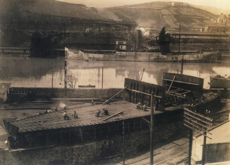 Los astilleros Ardanaz con dos numeros de construcción indeterminados. Foto del libro GUYABAS. UN BUQUE ESCUELA NACIDO EN ERANDIO.jpg