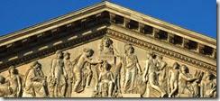 Louvre : fronton de la colonnade