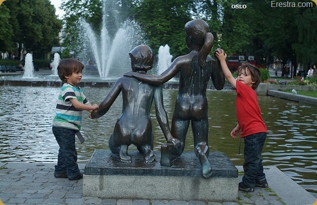Oslo, statue of girls.