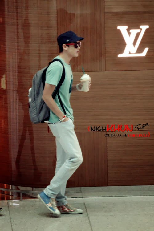 Kpop Stars Airport Fashion Styles Simply Dress Up By Wearing A T Shirt With White Jeans And A