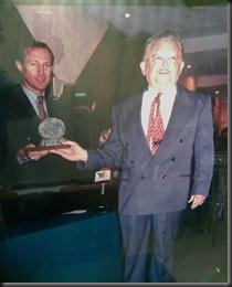 Ibar Sisniega entrega premio -Fray Nano 1997-