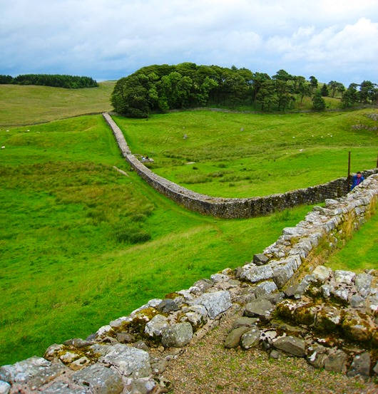Hadrians_Wall_from_Housesteads1_cro