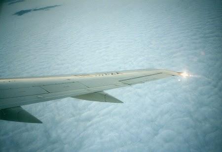 01. Rasarit pe aripa de avion.jpg
