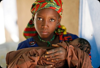 Miriama-Niger-cares-for-her-baby-sister-who-is-suffering-from-malnourishment
