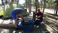 Michi und Frank beim Reifenwechsel