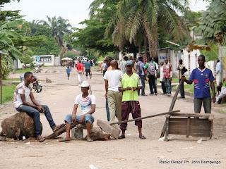 Barrière érigée par des manifestants de l'UDPS le 8/12/2011 au croisement des avenues qui conduisent vers le siège de leur parti politique et la résidence de leur leader Etienne Tshisekedi. Radio Okapi/ Ph. John Bompengo