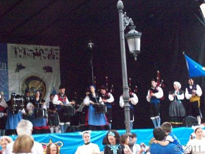 Esbardu y Dunoon Argyll Pipe Band; abajo, Cercle Celtique de Landivisiau y Scoil Rince Cualann