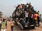 – Quelques partisans de l'UDPS se dirigent vers le stade des martyrs 9/08/2011 à Kinshasa, pour assisté au meeting de leur leader, Etienne Tshisekedi. Radio Okapi/ Ph. John Bompengo