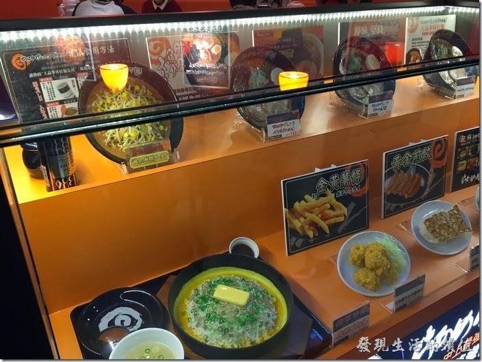 台南-花月嵐拉麵。現在的日式拉麵都會製作這種食物的樣品,讓客人直接看櫥窗內的展示就可以勾起食慾,讓自己想知道什麼東西。