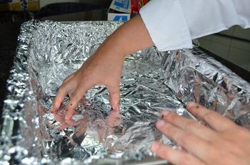 Paso 13 Preparar el molde donde se horneara el pernil con papel aluminio