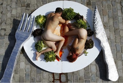 casal nu se deita em pratos gigantes