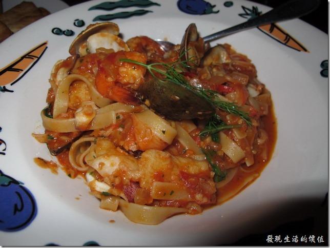 屏東墾丁-冒煙的喬。義大利蕃茄海鮮寬麵,NT$320。我沒有吃到這道菜,但光用看得就讓人流口水了,鮮蝦、蟹肉、淡菜、新鮮海魚..等滿滿的海鮮及醬料。