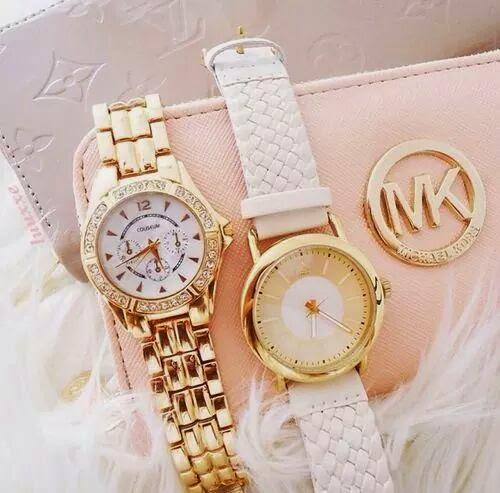 Ou encore à notre magnifique collection de montres signées Daniel  Wellington très fashion qui reste un accessoire Hijab très en vogue.