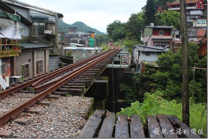 平溪鐵鐵橋,其實一下火車後就可以見到啦!
