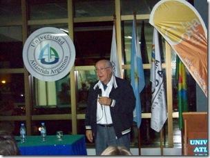 Antonio Torrejón en una charla en la Universidad Atlántida Argentina