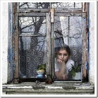 chica tras la ventana