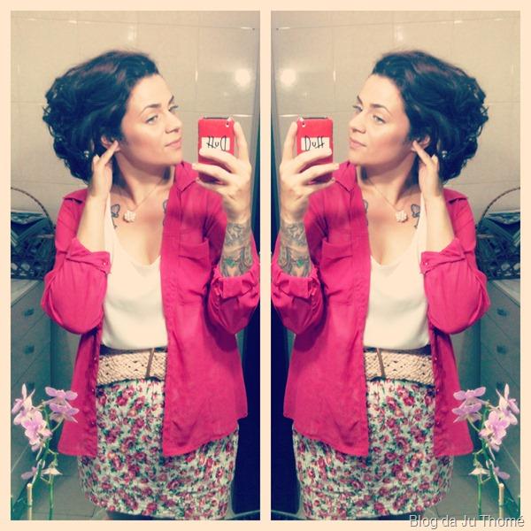 look saia com estampa floral, regata de cetim e camisa rosa