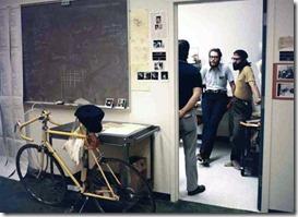 Debata v Xerox PARC. Kolem roku 1972. Najděte deset rozdílů (kromě plnovousů a čelenek) proti dnešním startupům. ;-)