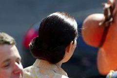Mary Elizabeth Donaldson Australii patrzy na jej kapelusz, który odleciał podczas podmuchu wiatru po przybyciu w Parlamencie w Kopenhadze 13 maja 2004.  Mary Donaldson ożeni książę Frederik w katedrze w Kopenhadze 14 maja 2004 <br /> AFP PHOTO CLAUS FISKER / Scanpix 2004 (Newscom TagID: afplive570207). [Photo via Newscom]