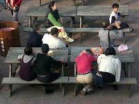 Turistes descansant i escoltant música
