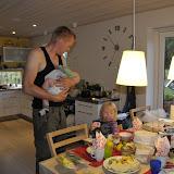 Mortens fødselsdag blev fejret om morgenen d. 12, og Silje pakkede alle gaverne op, så faren kunne hygge med Magne :-)
