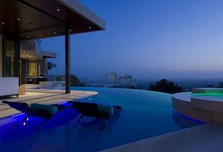 piscina-iluminacion-de-colores-en-piscinas