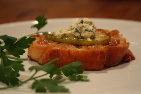Crostini de brioche com cebola e blue cheese