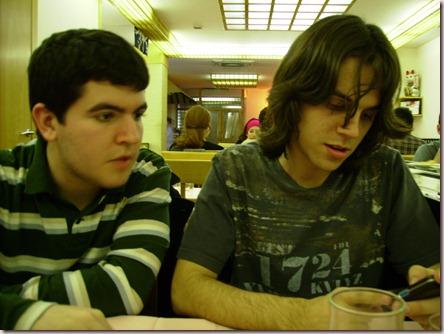 J. y Txus sentados a la mesa; A.Z.; Barcelona, marzo 2007