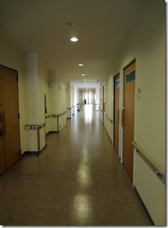 廊下。左側面に個室並ぶ