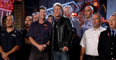 Jon Bon Jovi (centro) em gravação de especial em homenagem aos bombeiros que atuaram no 11 de setembro (07.09.2011)