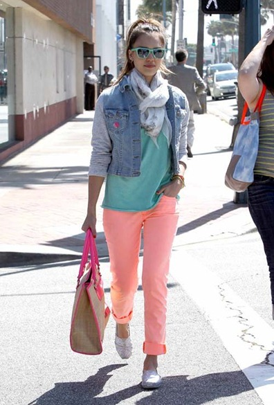 jessica-alba-le-pain-quotidien-beverly-hills-rag-bone-jean-denim-jacket-leather-sleeves-pocket-tee-toms-glitter-slip-ons-rebecca-minkoff-straw-diamond-tote