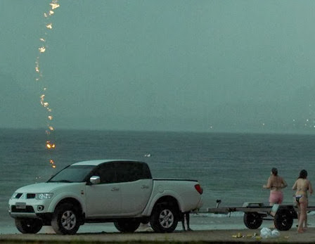 Fotógrafo registra momento em que raio atinge e mata turista