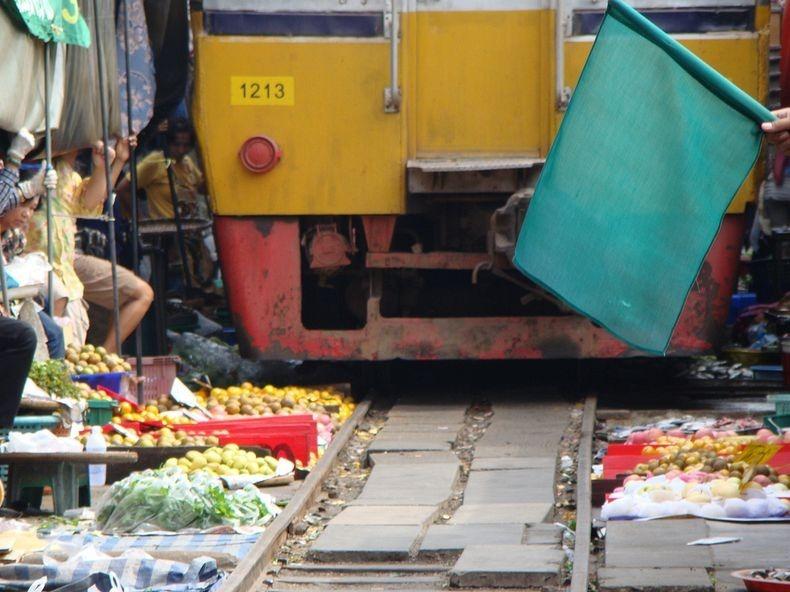 maeklong-railway-market-15
