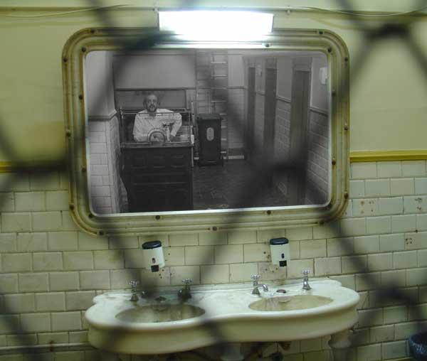 portugal--lisboa--selfportrait--2005-10--tripod.jpg
