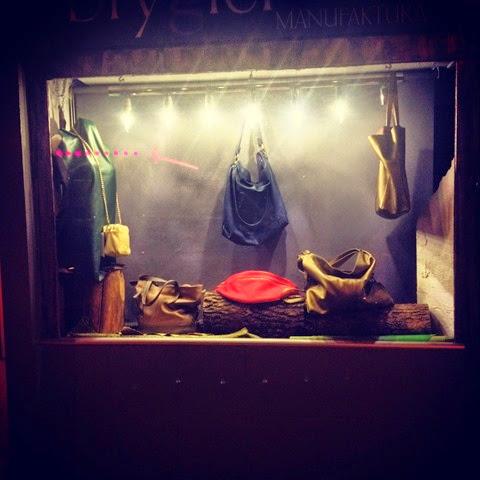 Витрина мастерской по ремонту кожаных изделий (сумок и обуви). Польша. Варшава. Poland. Warsaw.
